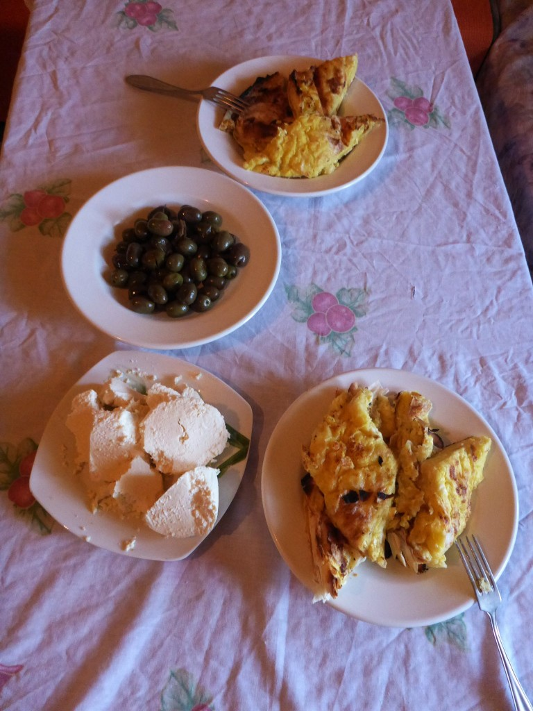Bureks maison au feu de bois, fromages frais et olives ne sont que l'apéritif du festin qu'ils m'offrent