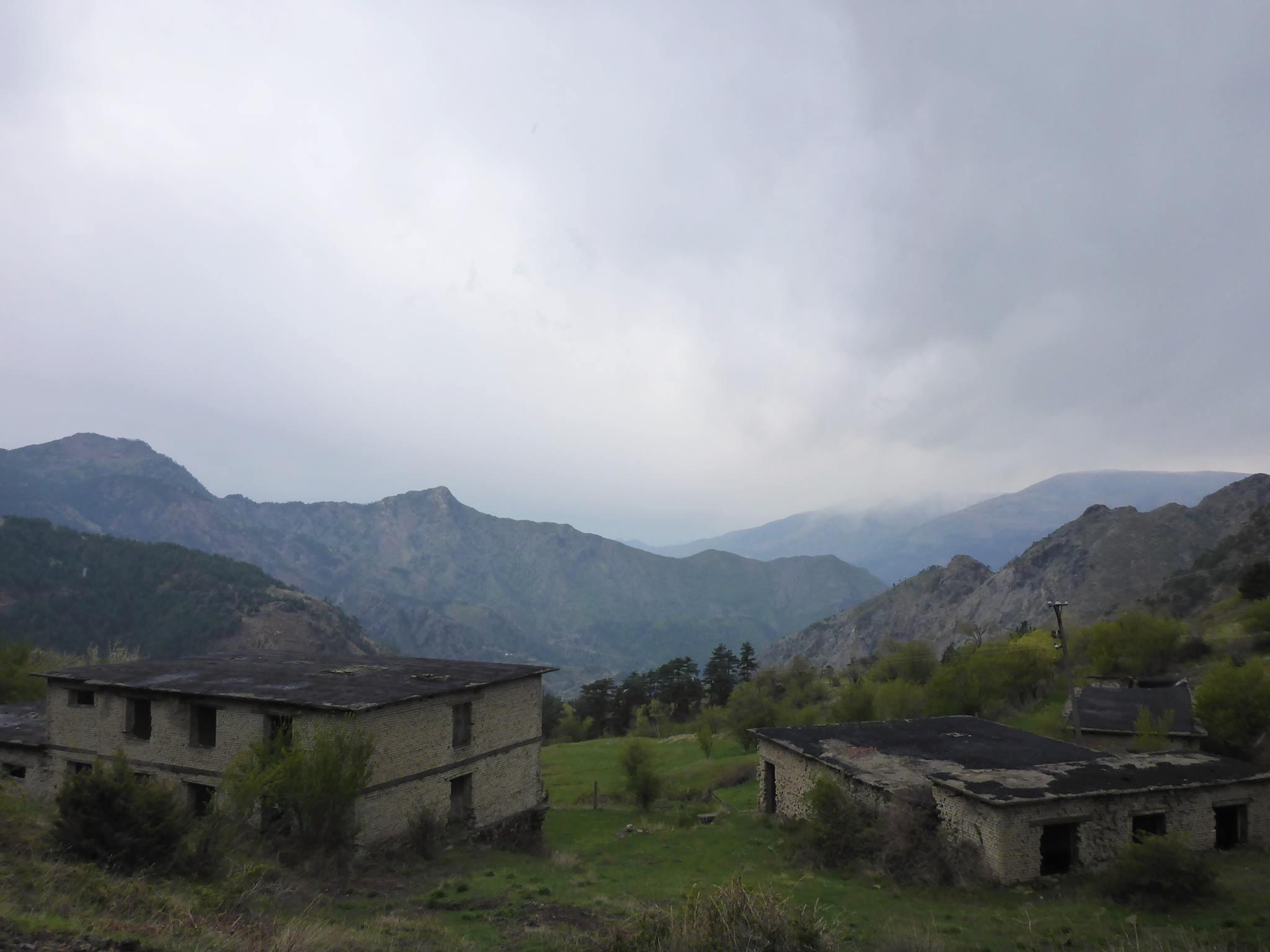 Ce genre de bâtiments en ruine se rencontrant au hasard d'une colline ou d'une montagne