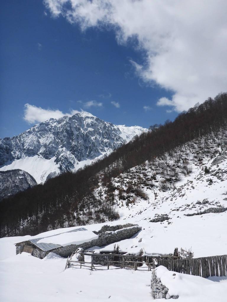 Après trois jours de pause dans le hameau, je pars à l'assaut des montagnes enneigées afin de passer la frontière du Monténégro.