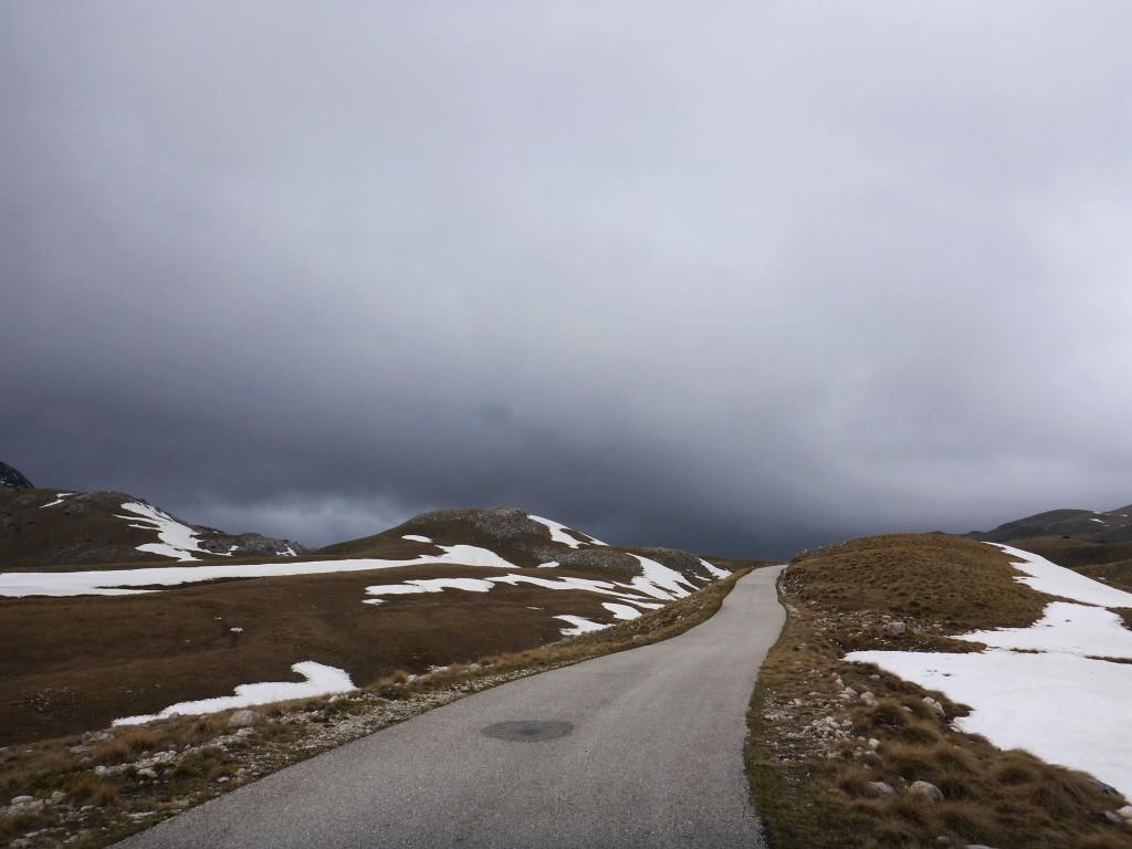 Une route fermée me fait contourner le massif des Durmitors étant trop enneigé pour en risquer le passage à pied