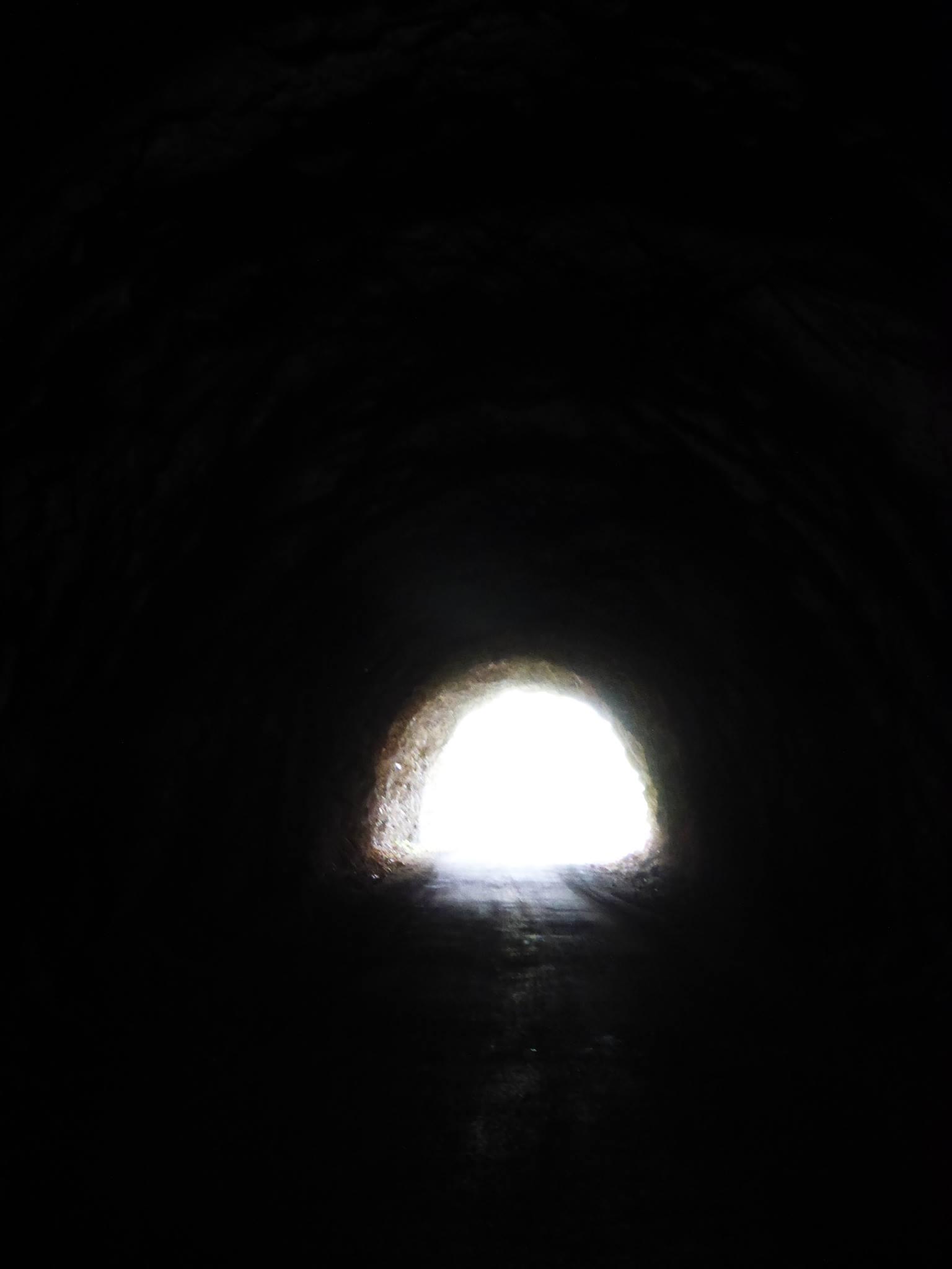 Vingt kilomètres sur une route suivant les eaux et traversant de très (trop) nombreux tunnels