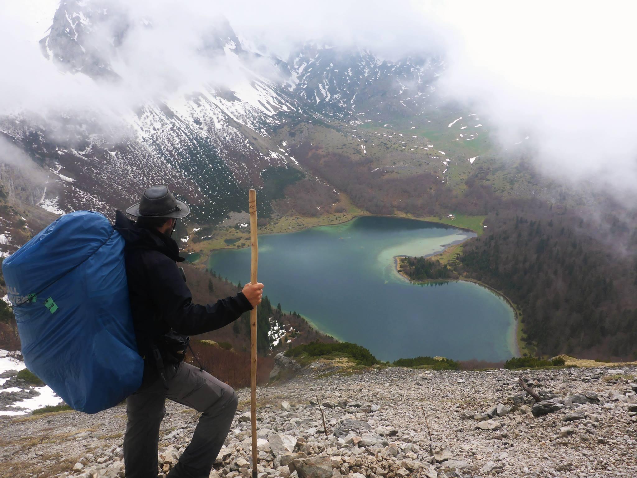 Sortant d'une longue descente à travers neige et pierriers la brume se lève soudainement et laisse apparaître le lac Trnovačko devant mes yeux