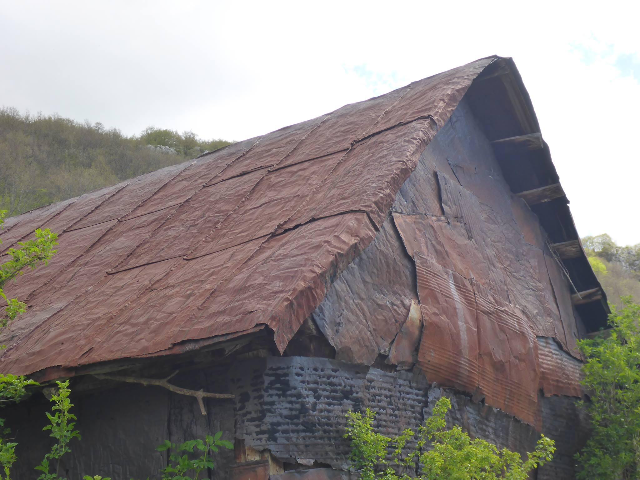 La méthode bosnienne de recouvrement de certaines maisons : Des bidons d'acier de 200 litres écrasés et fixés sur les parois et toits. Un style très particulier !