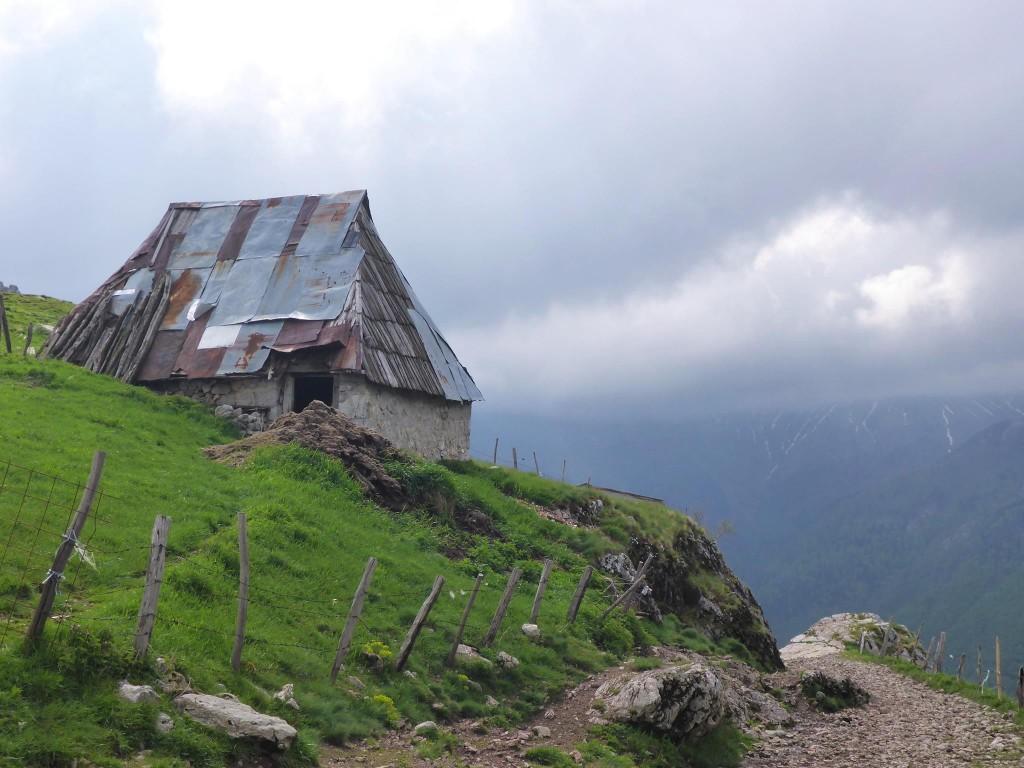 Je passe la nuit dans cette grange juste avant le village de Lukomir, un hameau perché à 1500 mètres et considéré comme le plus isolé de Bosnie