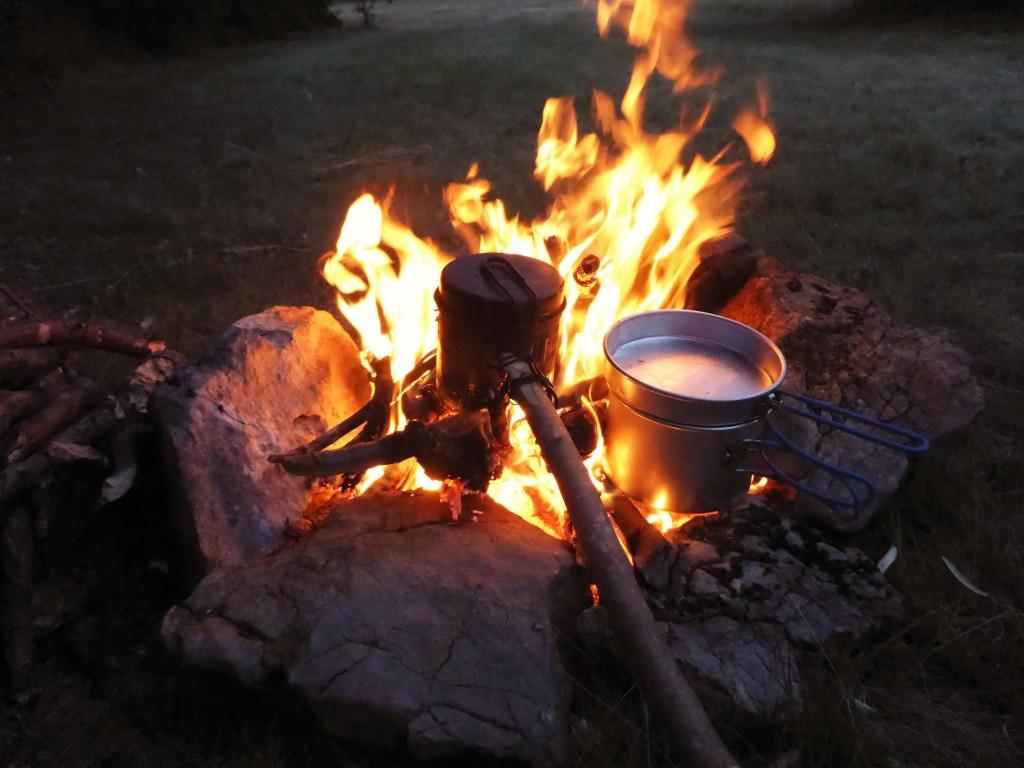 Une belle amitié c'est souvent à l'image de deux casseroles chauffant lentement dans un beau feu de bivouac...