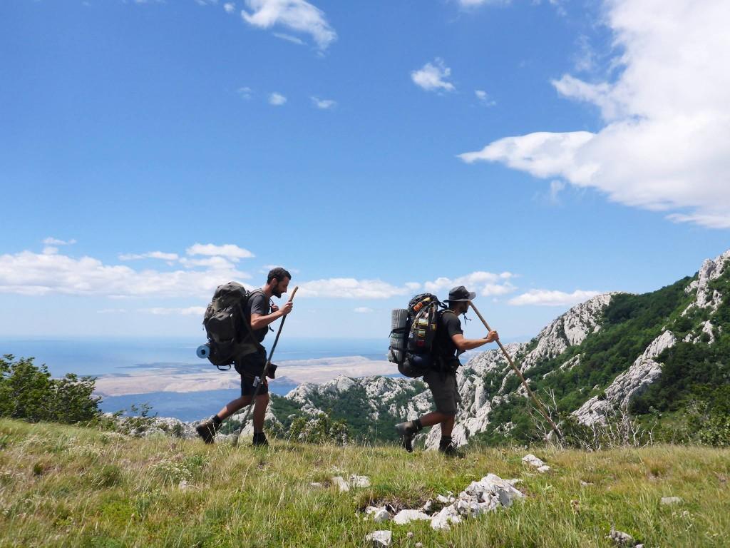 La chaine des Velebit suis le bord de la mer adriatique que nous appercevons souvent, à 5-6 kilomètres à vol d'oiseaux