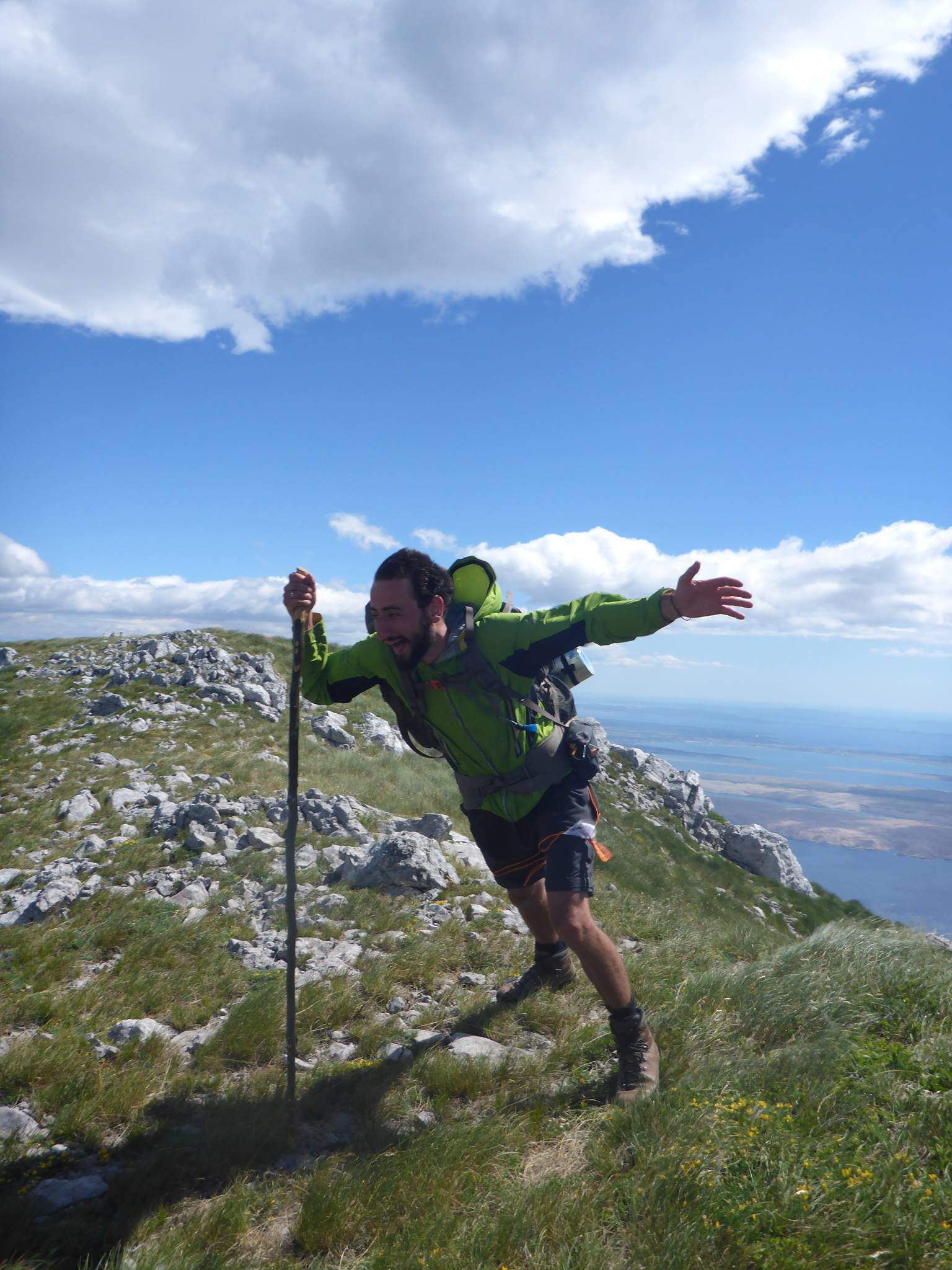 Un vent à décrocher les cornes d'un boeuf nous accueille au sommet de ce mont