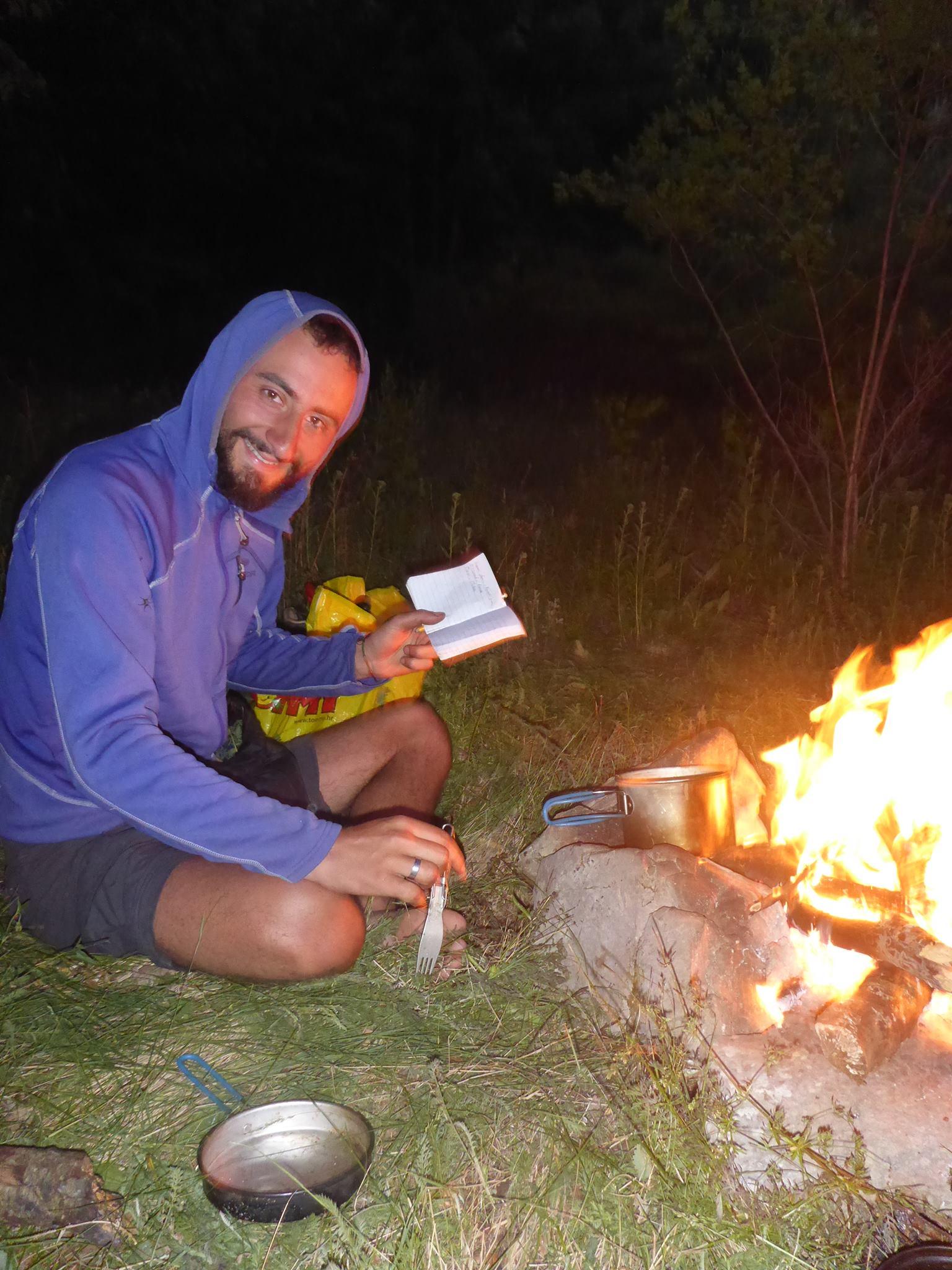 Un feu de camps, un carnet et un crayon sont de beaux ingrédients