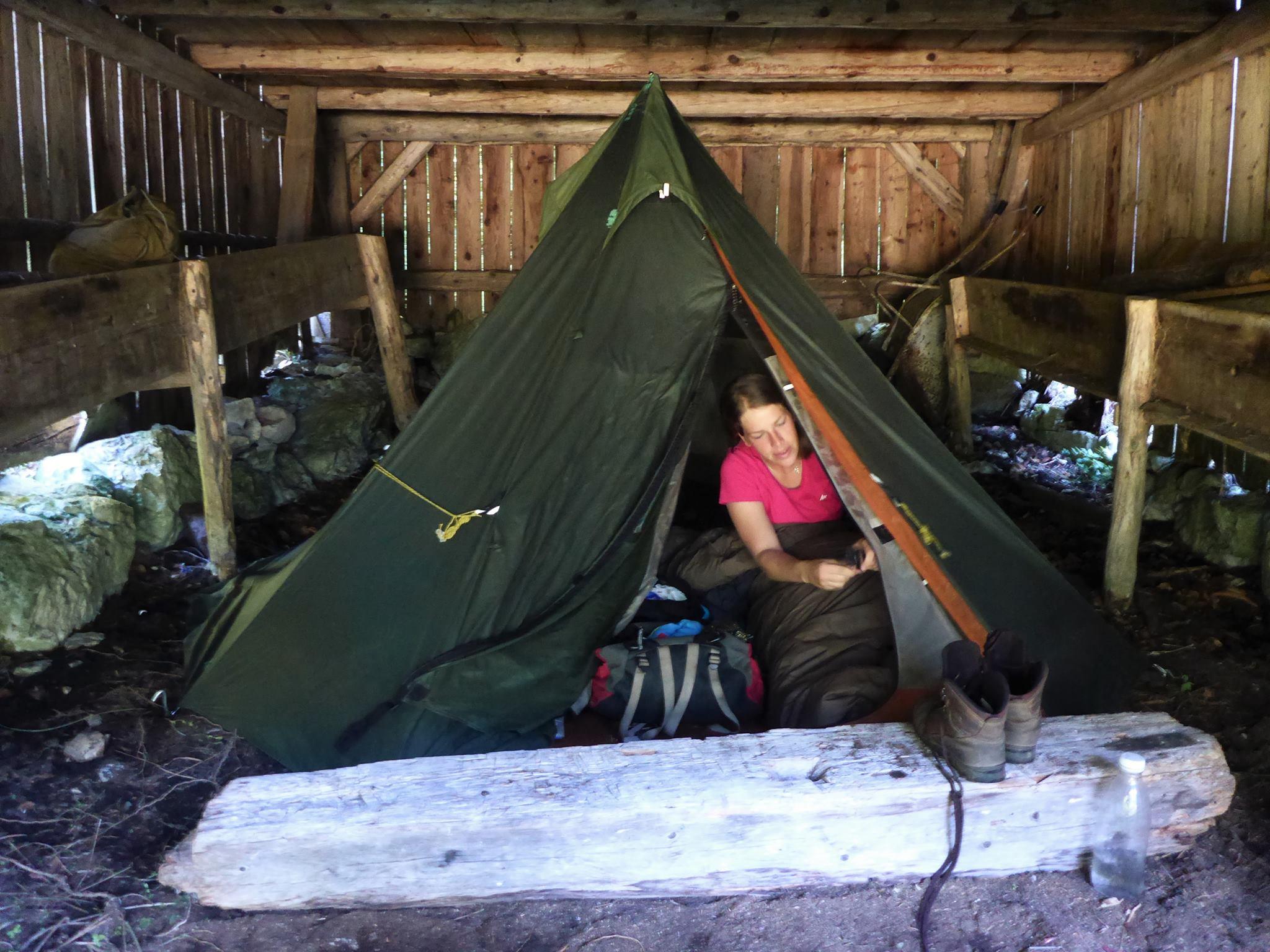 La pluie faisant des siennes, nous plantons la tente sous une vieille grange découverte dans les bois