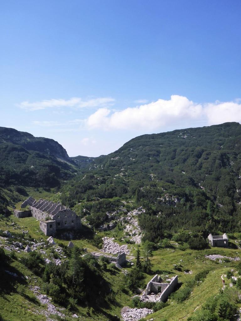 De curieux batiments en pierres, peut etre un ancien monastère