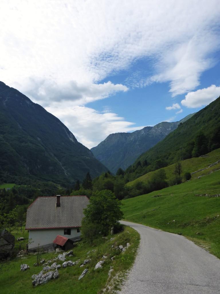 Nous marchons une journée dans la vallée afin de rejoindre le village de Bovec.