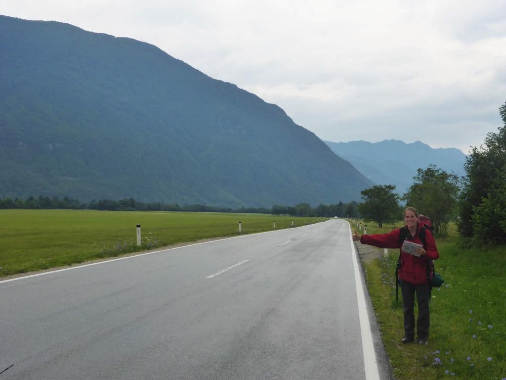 Céline part en stop jusqu'à Udine en Italie, afin de prendre son car pour la France